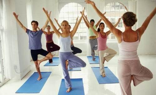4 exercícios de yoga para emagrecer e tonificar