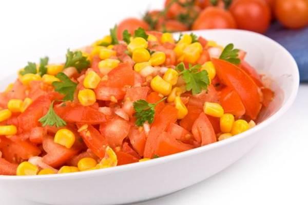 salada de tomates e milho