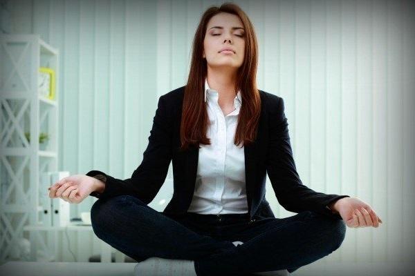 posturas de yoga para relaxar no trabalho