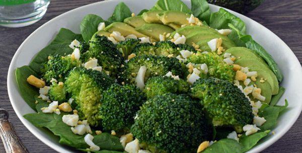 Salada de brócolis com abacate