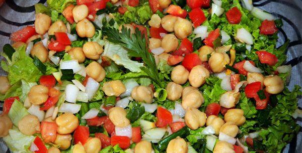 Salada de folhas verdes com grão de bico